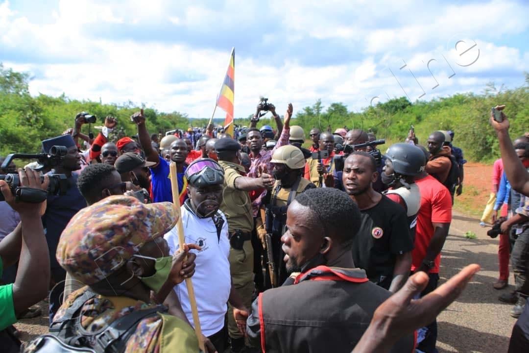 Bobi Wine Ng'annyonnyola Poliisi E Nakasongola.