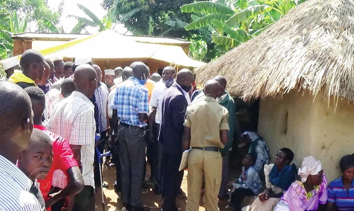 Abantu Nga Balaba Ennyumba Mwe Battidde Omugenzi.