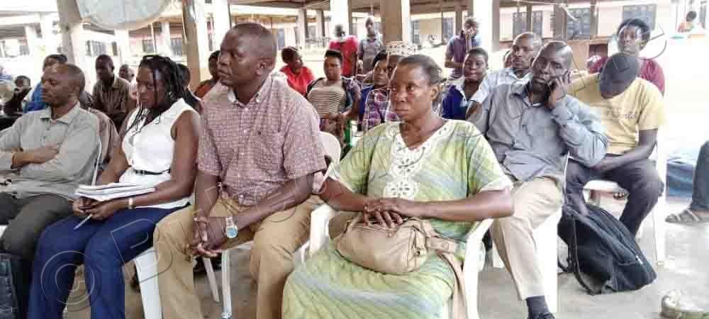 Abasuubuzi Nga Bawuliriza Happy Ng'ayogera Mu Lukiiko