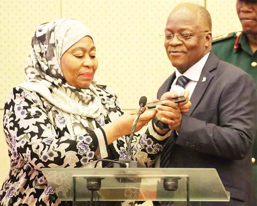 Samia Hassan Suluhu Abadde Amumyuka Omugenzi Pombe Magufuli Lwe Baali Bombi Omwaka Oguwedde.