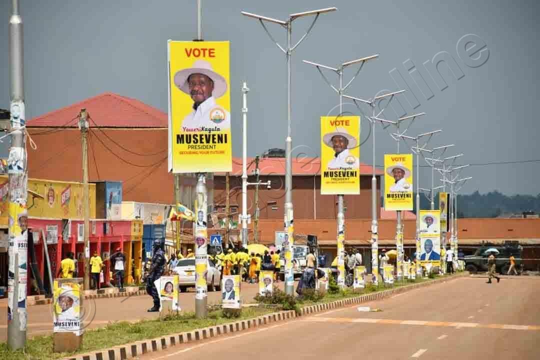 Ebipande Bya Pulezidenti Museveni Nga Bitimbiddwa Ku Nguudo Z'e Tororo.