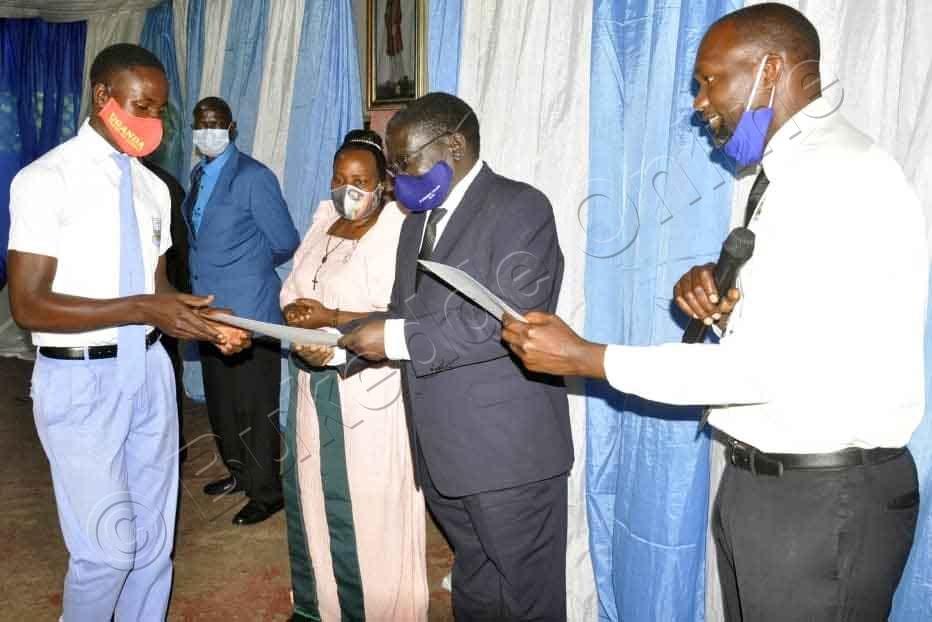 Dayirekita W'essomero Lino, Steven Kyameze Ne Heedimansita Joseph Nsubuga Nga  Bakwasa Abayizi Ebbaluwa Ezibasiima.