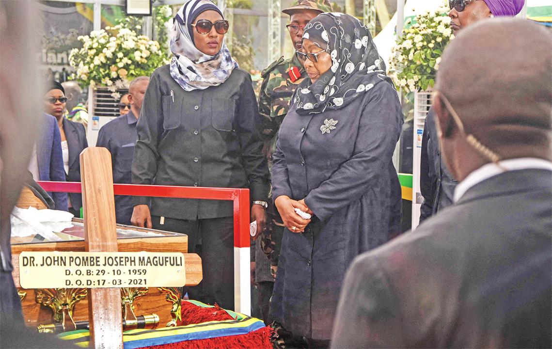 Samia Sululu Hassan (wakati) Kati Pulezidenti Wa Tanzania Omuggya Ng'akuba Eriiso Evvanyuma Ku Mulambo.