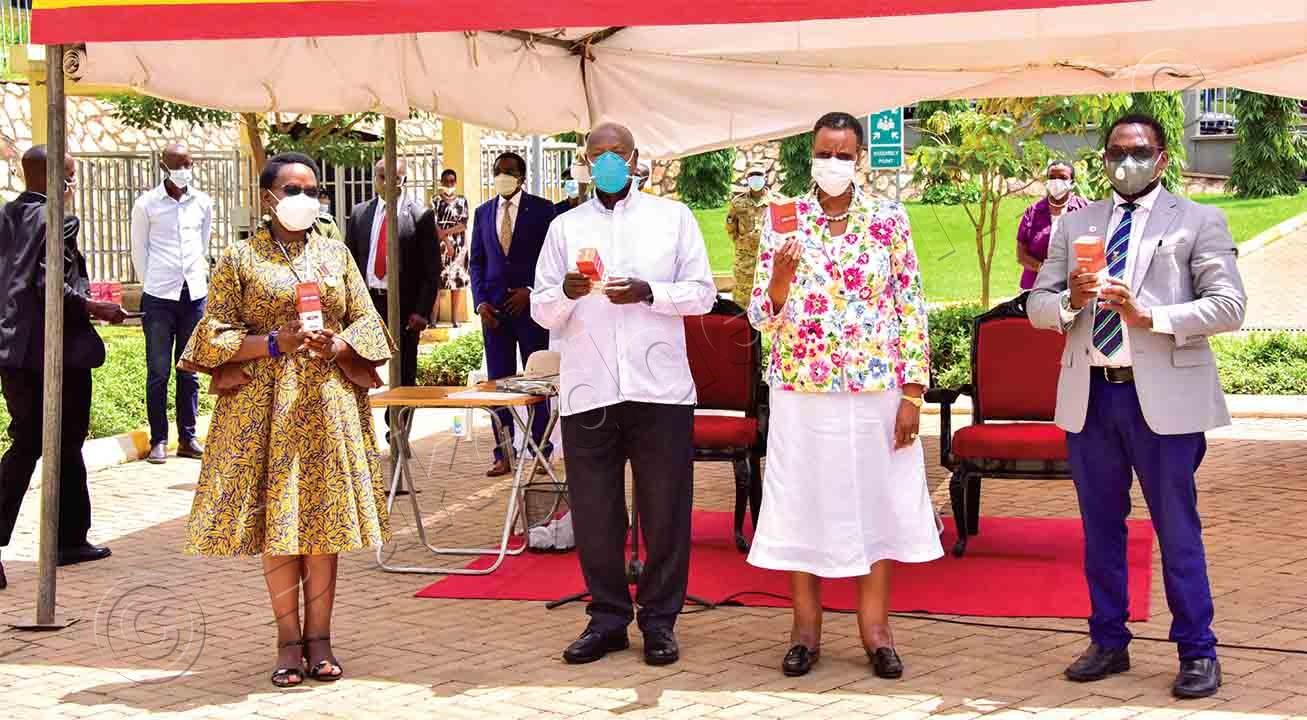 Pulezidenti Museveni (wakati) Ne Mukyala We, Janet Kataha Museveni Nga Balaga Eddagala Eryatongozeddwa E Mulago Ku Lwokusatu. Ku Kkono Ye Dr. Grace Nambatya Ne Dr. Bruce Kilenga.
