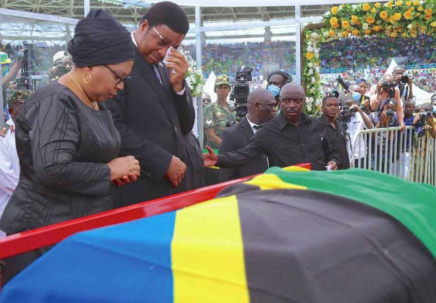 Katikkiro Wa Tanzania, Kassim Majaliwa Yakaabye Ng'akuba Eriiso Evvannyuma Ku Magufuli.