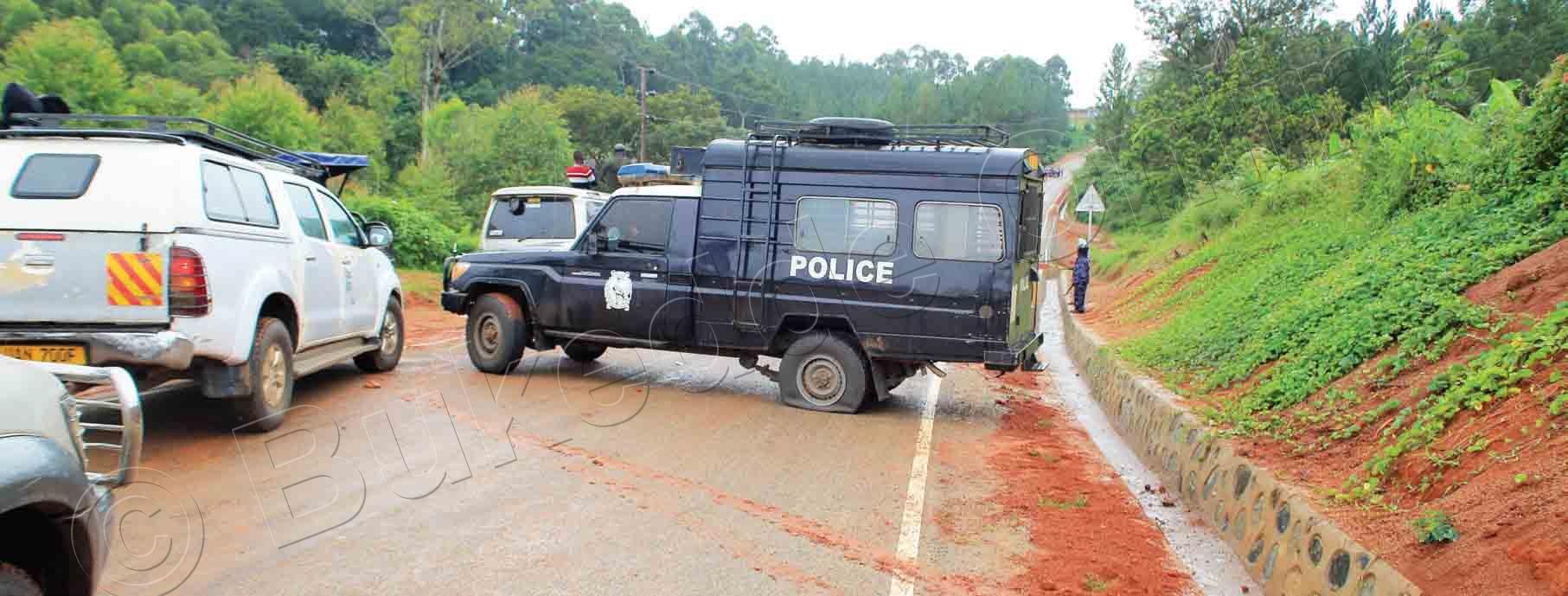 Emmotoka Ya Poliisi Aba Bobi Gye Baggyeemu Omukka.
