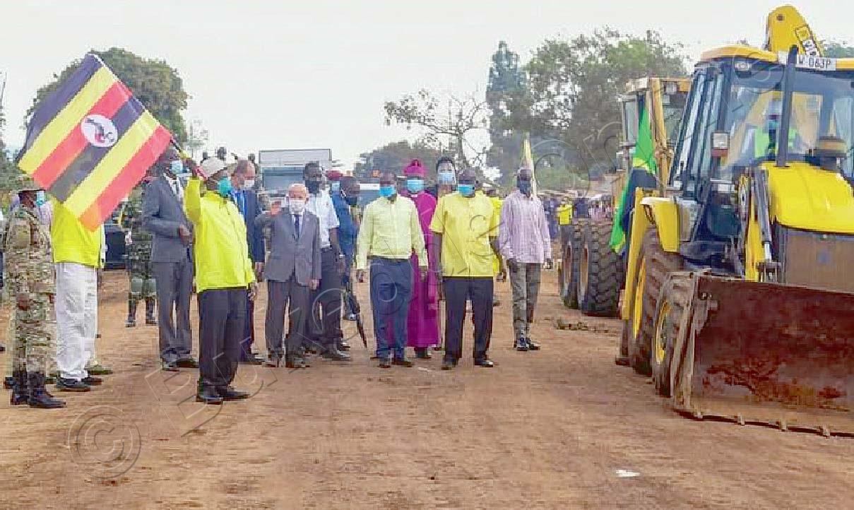 Pulezidenti Museveni (akutte Bendera) Ng'atongoza Omulimu Gw'okukola Oluguudo Lwa Muyembe   Nakapiripiriti