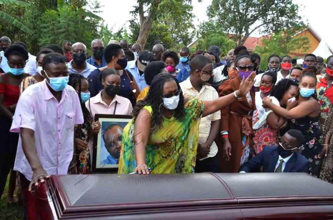 Nnamwandu Ng'akaabira Ku Ssanduuko Mu Kuziika.