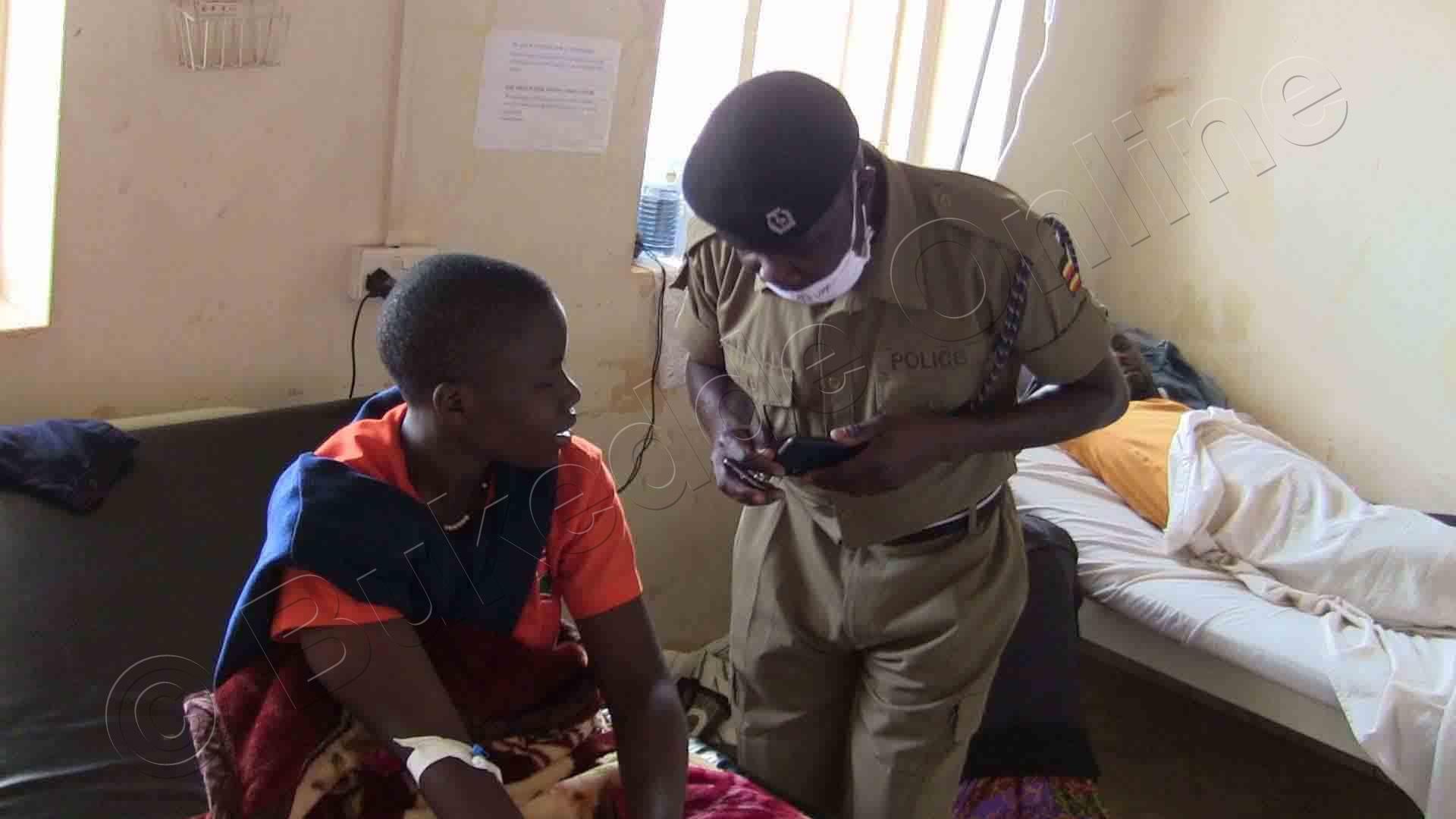 Omusikale Wa Poliisi Ng'agenda Ng'ayogerako N'omu Ku Bayizi Abaakubiddwa Ttiyaggaasi.